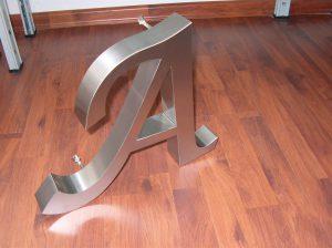 Lettera scatolata in acciaio satinato a luce indiretta completa di piedini