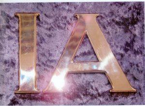 Lettere scatolate tagliate e smussate su ottone da 3mm lucido