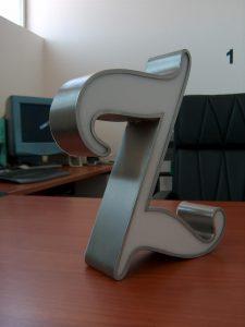 Lettere scatolate in acciaio satinato con frontale in metacrilato siliconato