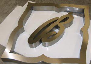 Lettere scatolate a luce indiretta in acciaio inox satinato