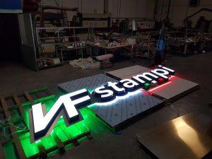 Lettere scatolate in alluminio a luce diretta con cornici
