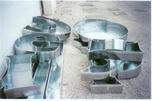 Lettere scatolate in lamiera zincata a luce diretta complete di cornici