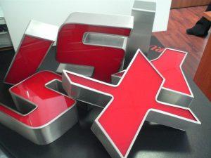 Lettere scatolate in acciaio inox satinato con fronti in metacrilato siliconato