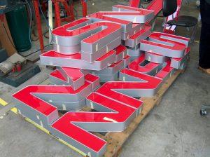 Lettere scatolate con costa in alluminio preverniciato e fronte in metacrilato