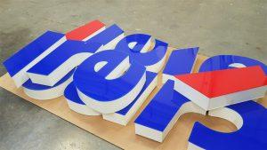 Lettere a luce diretta con fronti in metacrilato e coste in alluminio prevenrniciato bianco