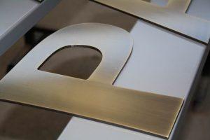 Lettera scatolata in ottone portata a bagno galvanico brunita